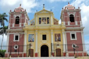 Iglesia de Dulce Nombre with paintings on the facade